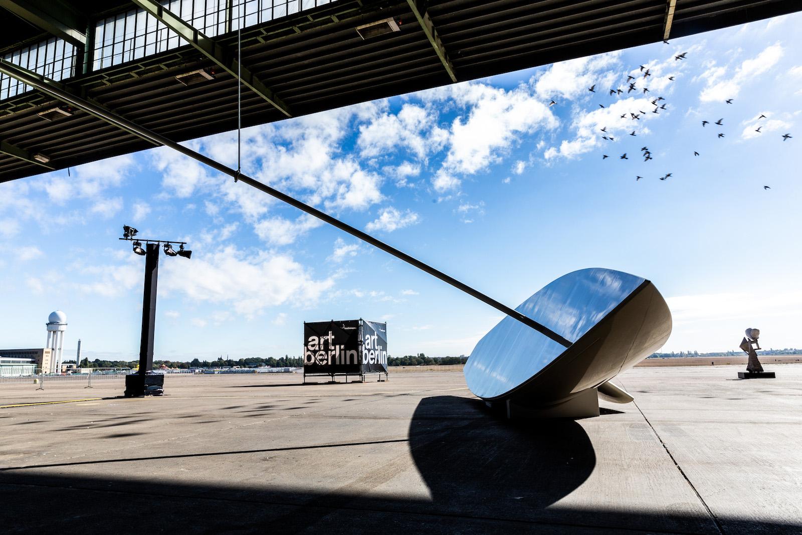art berlin, Außenskulpturen auf der Art Berlin Fair 2018—Berlin Tempelhofer Flughafen. Foto: Clemens Porikys