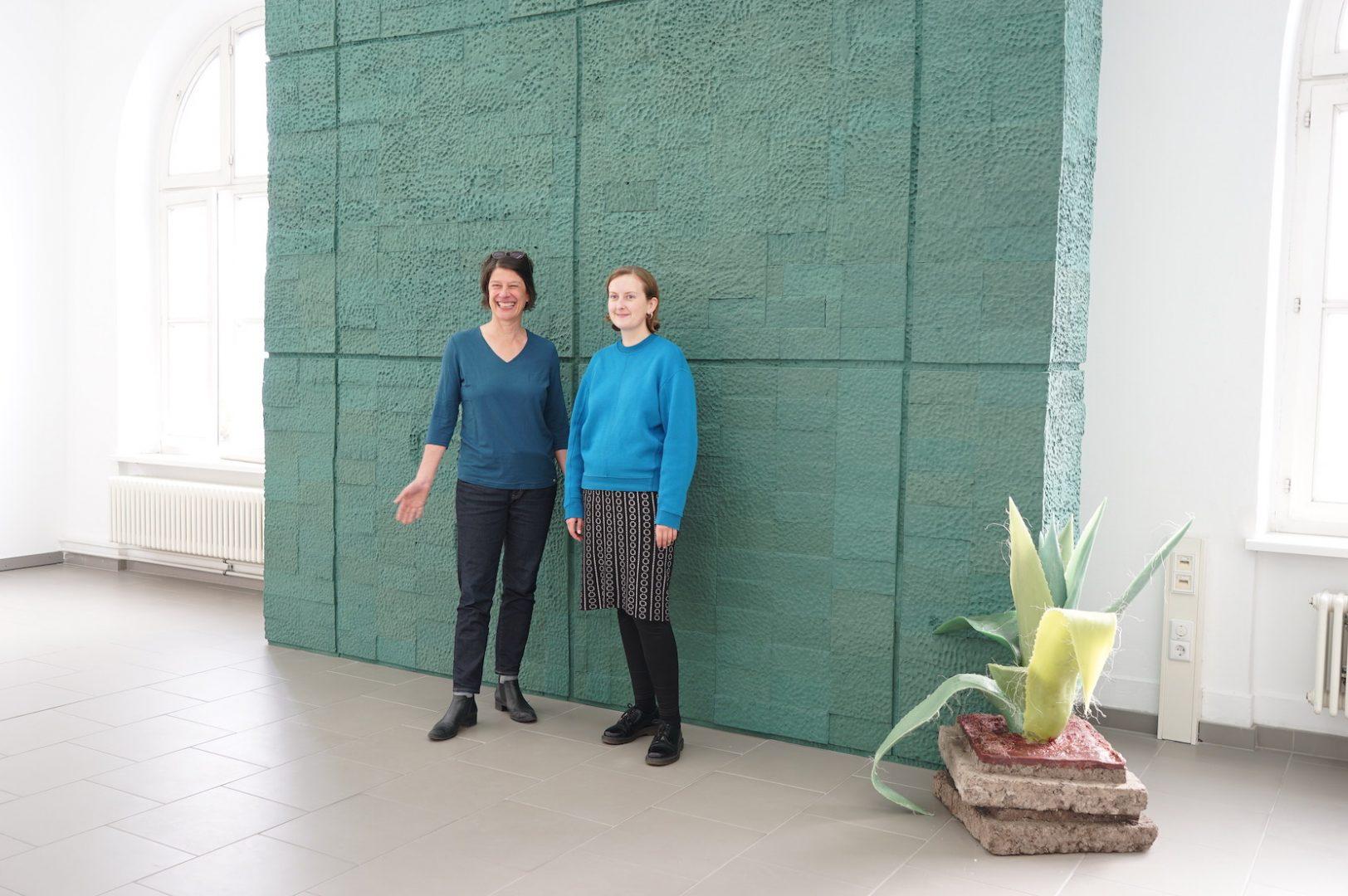 Goldrausch Projektkoordinatorin Kira Dell und Projektleiterin Hannah Kruse vor einer Arbeit der Bildhauerin Millie Schwier im Haus am Kleistpark  Photo Credit: Barbara Green Arts Management