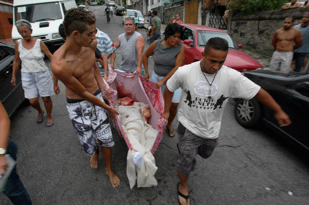 Rio de Janeiro (RJ), 11/24/2010, Violence in Rio / Morto - Residents of Caixa D'água Hill, arriving at Hospital Getúlio Vargas, in the Penha district, north of the city, with a dead person. Photo: Marcelo Piu / O Globo Agency