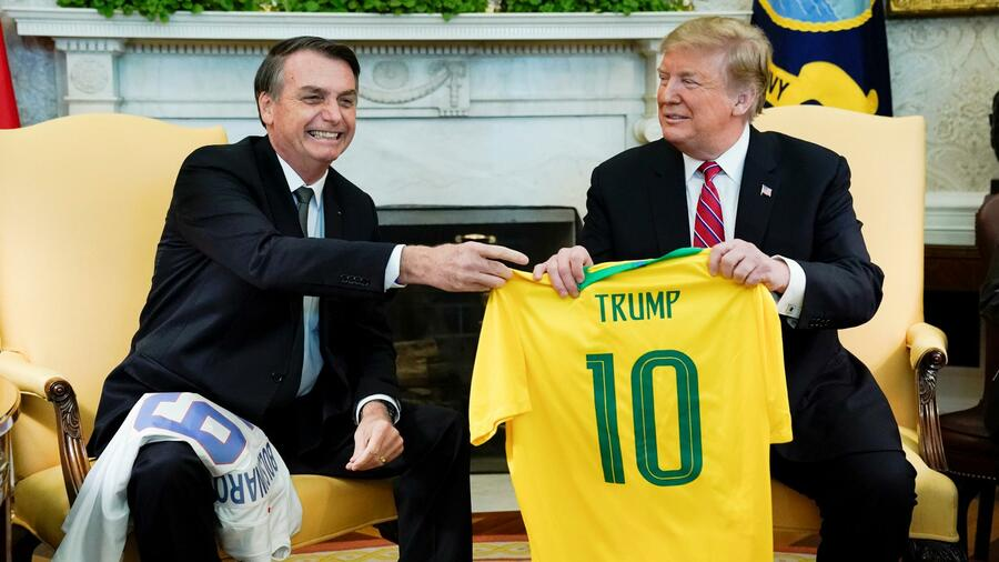 Trump und Bolsonaro exchanging football trikots, photo credit: Reuters