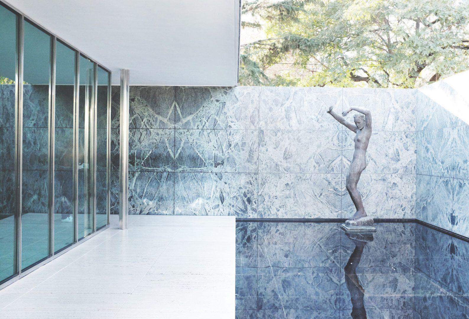 Vue extérieure du pavillon allemand pour l'Exposition universelle de Barcelone de 1929, Ludwig Mies van der Rohe, architecte, avec la sculpture de Georg Kolbe The Morning, photo Gili Merin