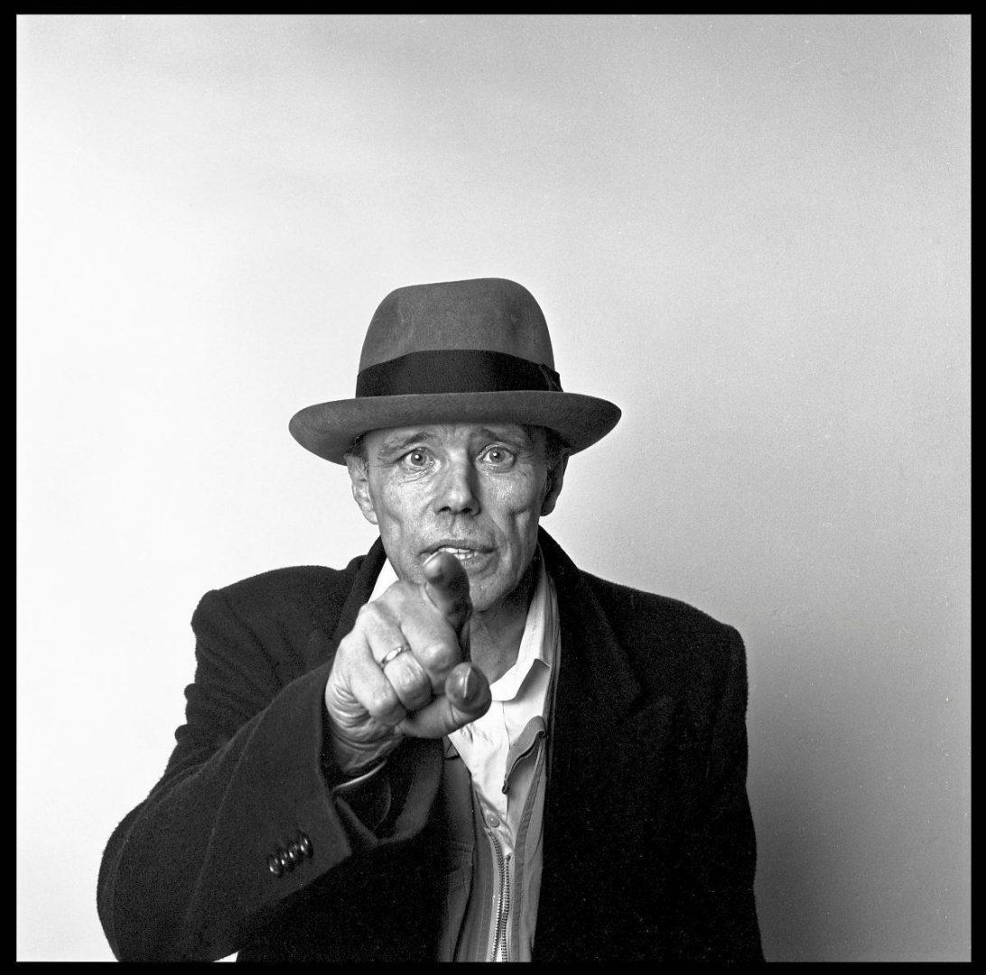 Porträt Joseph Beuys, Paris, ca. 1985, Fotografie, © imago images / Leemage